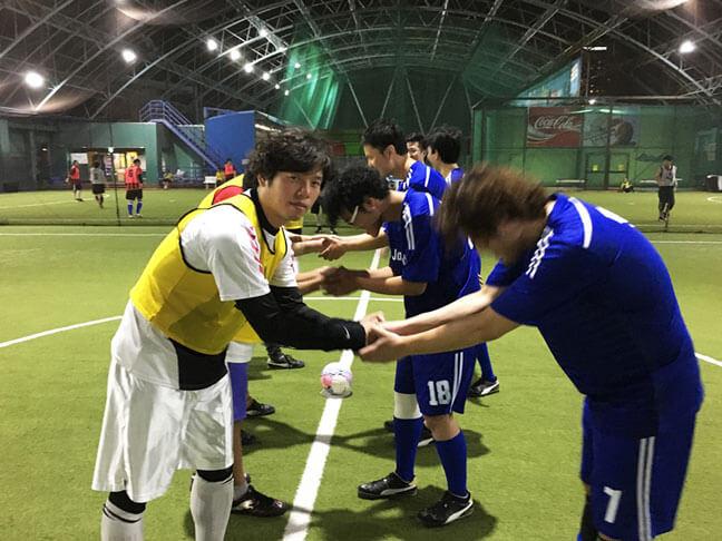 キックオフ前にチーム同士の握手を交わしてます