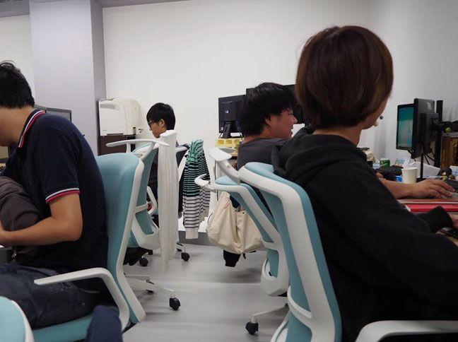 新しい椅子に座るメンバー