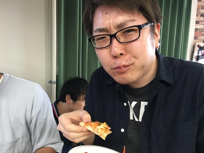ピザ食べ中