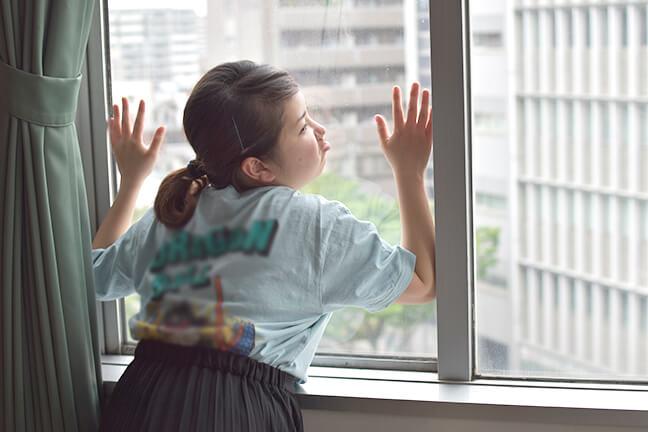雨やんと窓に張り付く広報のいっちゃん