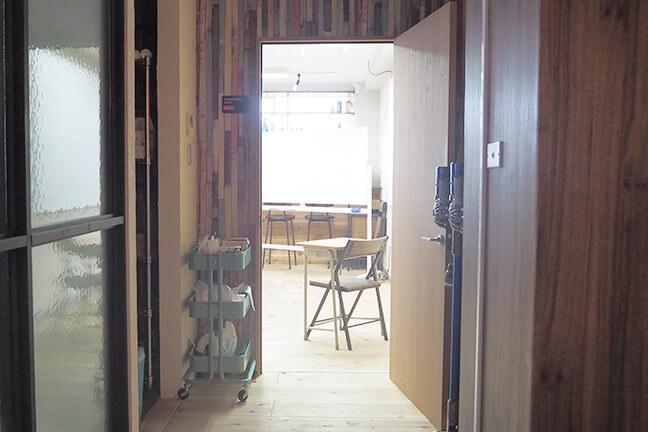 ジョイントメディアの多目的室の入口