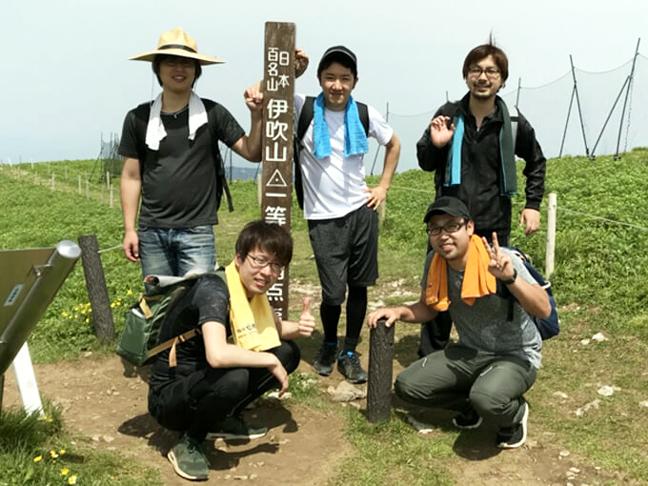 伊吹山頂上で集合写真を撮るジョイントメディア旅部