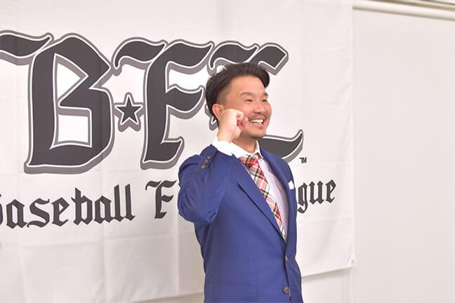 つくろう堺市民球団の記者会見で笑顔でポーズをとる大西監督