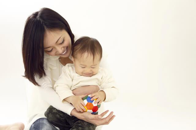 赤ちゃんと遊ぶお母さん