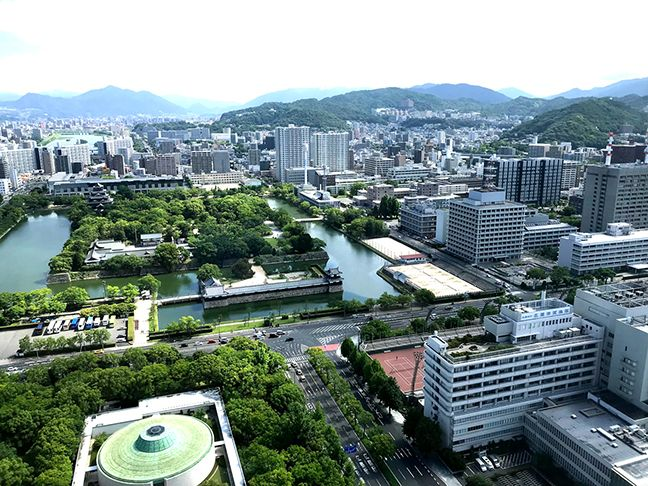 ホテルからの風景を眺める光ちゃんマンとひぃさん