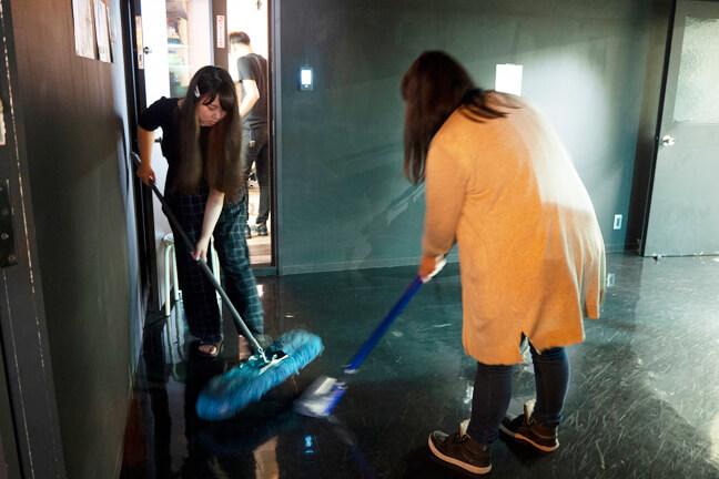 掃除をするモップ班と掃除機班