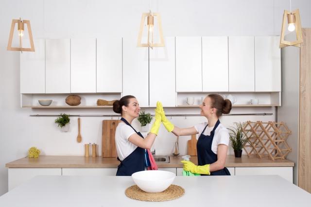 掃除が終わってハイタッチしている女性