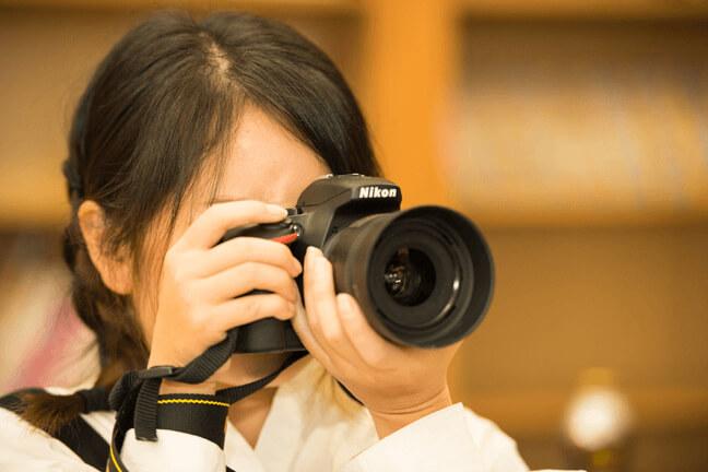 カメラを構えて写真撮影をする広報のいっちゃん