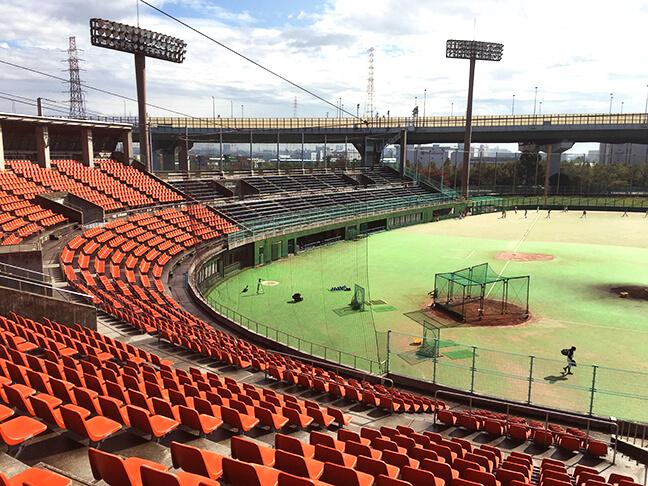 南港中央野球場の内野席