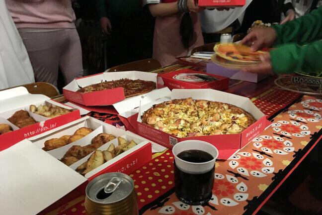 ハロパのテーブルに並ぶピザやチキンなど