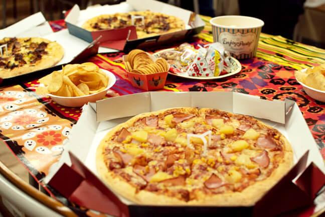 テーブルに並ぶピザやアラカルトなど