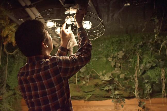 電球と傘を掃除する統括営業部部長のりやん