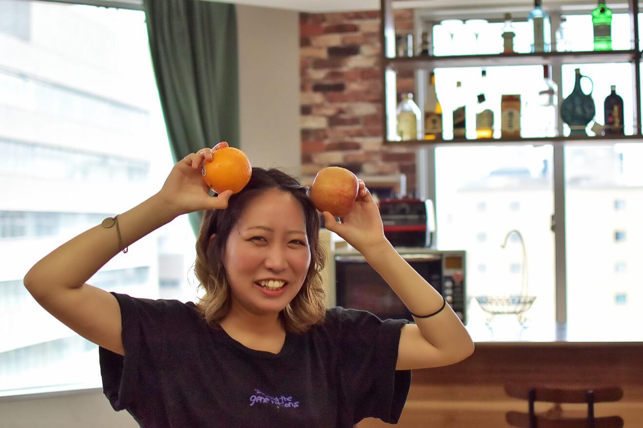 オレンジとリンゴを切るデザイナーしょこたん