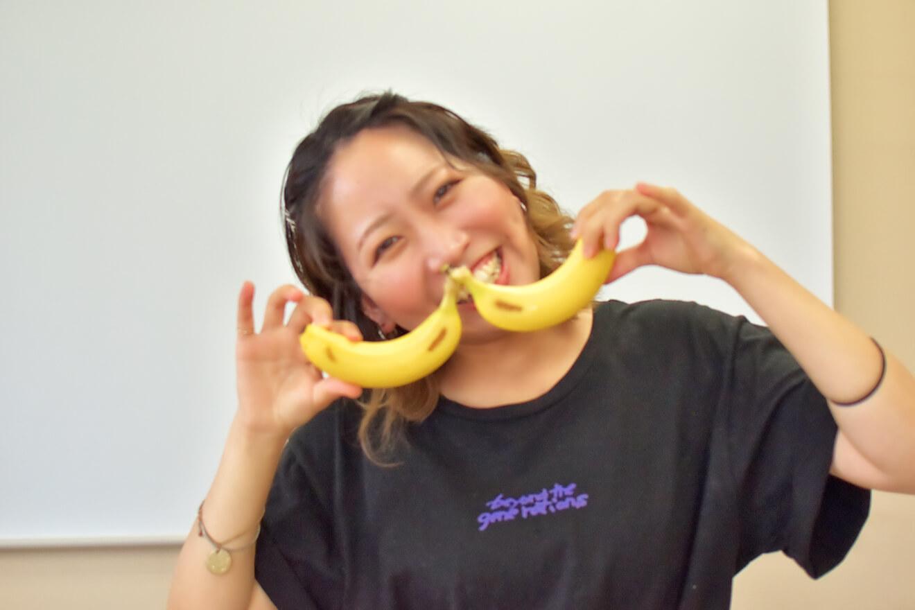 バナナを切るデザイナーしょこたん